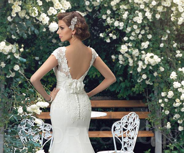 Chọn váy cưới hở lưng để tôn thêm phần gợi cảm cho cô dâu mùa hè
