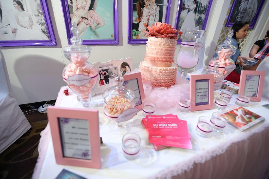 Bàn lễ tân được trang trí với gam màu hồng lãng mạng