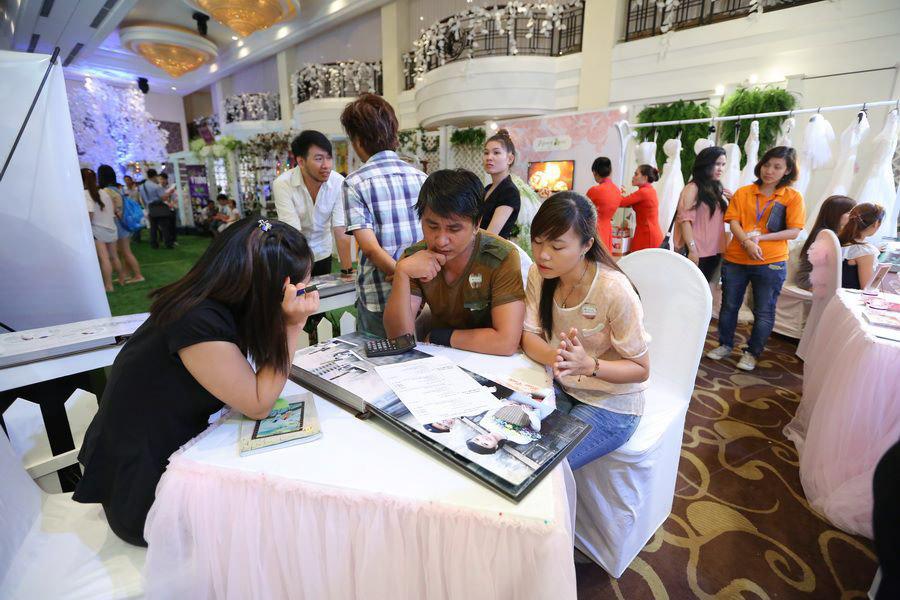 Cặp đôi đang tham khảo dịch vụ tại Ngọc Huy