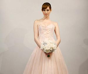 Chọn áo cưới cho cô dâu bầu