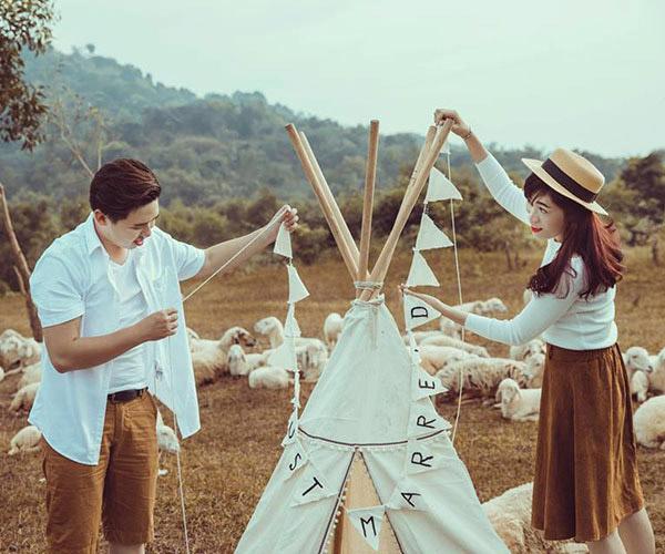 Gợi ý trang phục và đạo cụ khi chụp hình cưới tại đồng cừu