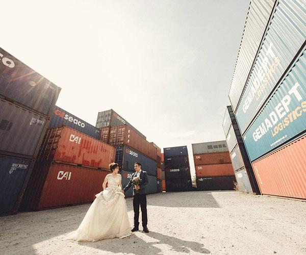 Lạ mắt với ảnh cưới tại kho container bụi bặm