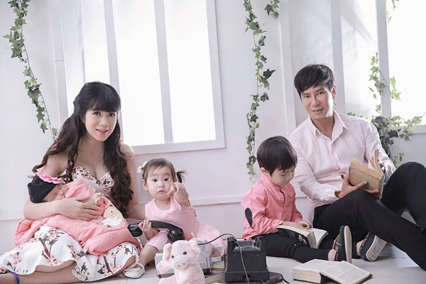 Lý Hải - Minh Hà bên 3 nhóc tì cực yêu dịp đầu năm