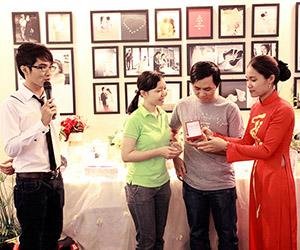 Trao giải rút thăm trúng thưởng tại Ngọc Huy Studio